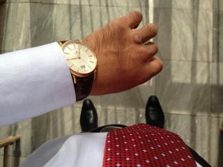 Cleaning a NON water-resistant watch: Avoid exposure to any moisture. Simply wipe the watch with a dry soft cloth - Làm sạch bằng vải mềm khô, tránh tiếp xúc chất ẩm